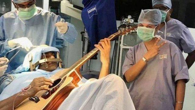 نوازندهای که هنگام جراحی مغزش گیتار نواخت!